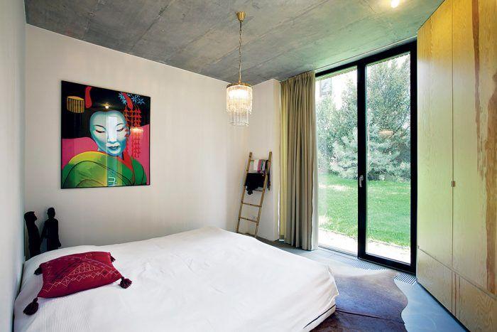 Majitelia domu veľa cestujú – z ciest si doviezli aj niektoré kusy zariadenia, exotické doplnky a obrazy, ktoré pôsobivo dotvorili interiér.
