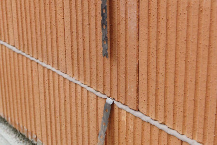 Stenové spony – pomôcka pri spájaní murovaných stien