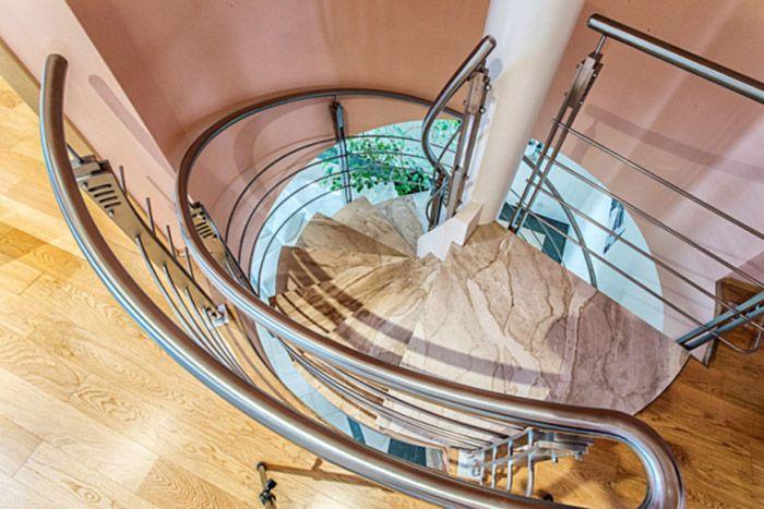 Centrálna hala, tiahnuca sa cez dve podlažia, s dominantným kozubom, točitým schodiskom a otvorenou ochodzou jasne naznačuje inšpiráciu Anglickom.