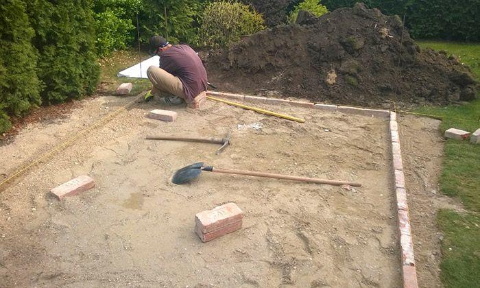 Dlažbu z tehál musíme klásť do priestoru ohraničeného obrubníkom, betónovým plotom a pod., aby sa tehly nerozišli. Škárujeme ju praným pieskom.