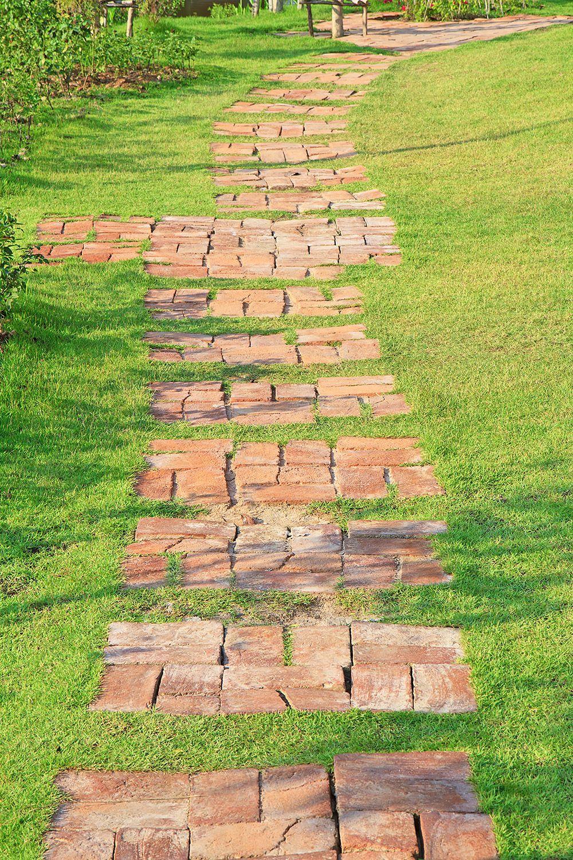 Záhradné chodníčky dávajú azda najväčšie možnosti ako starú tehlu použiť.