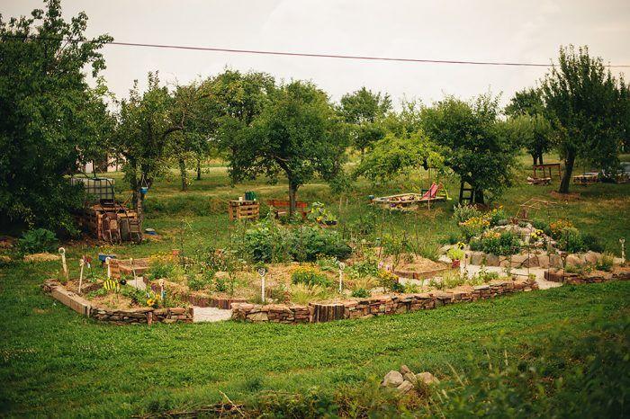Nie je dobré mať v záhrade vysadené len monokultúry, len jeden druh kvetín, kríkov, stromov či zeleniny. O rovnováhu sa postarajú viaceré, zmiešané typy vegetácie.