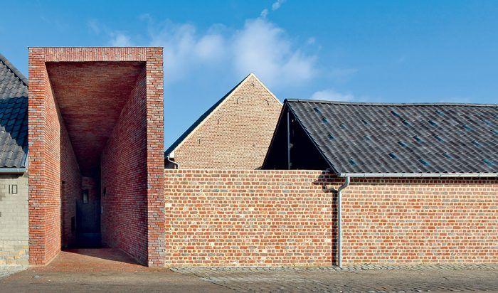 Moderne pôsobiaca vložená chodba, ktorou sa do domu vstupuje, má korene v pôvodnej architektúre – nahrádza hlavné vráta, ktorými sa vchádzalo do vnútorného dvora.