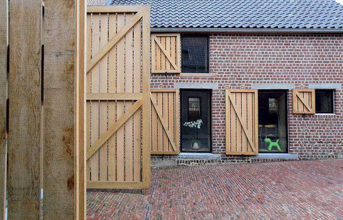 Okenice a brány z dubového dreva podčiarkujú vidiecky charakter domu.