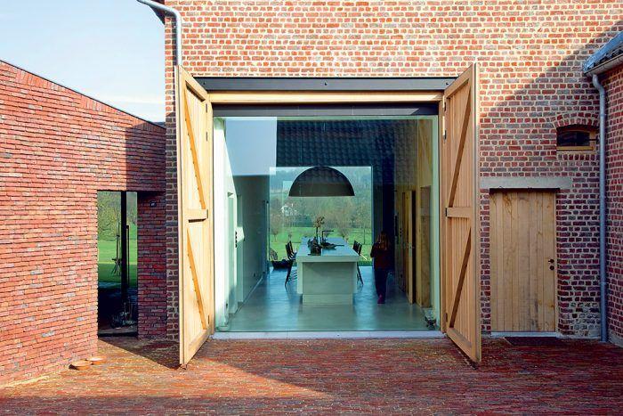 Niekdajšia stodola sa zmenila na obývaciu izbu, presvetlenú zasklenými otvormi pôvodných brán.