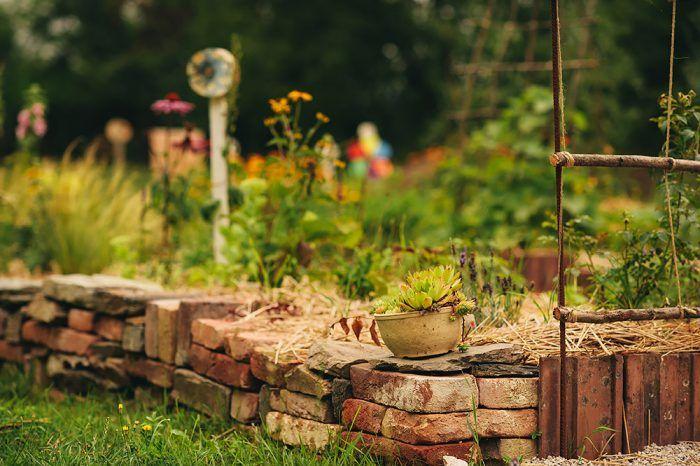 Pri vytváraní suchého múrika možno použiť všakovaký materiál. My sme použili tehlu, ktorá sa do záhrady mimoriadne hodí.