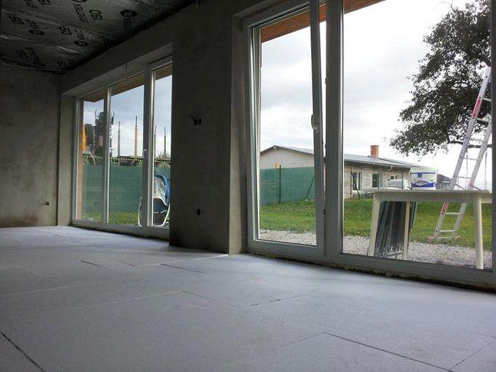 Veľké okná z obývačky do záhrady