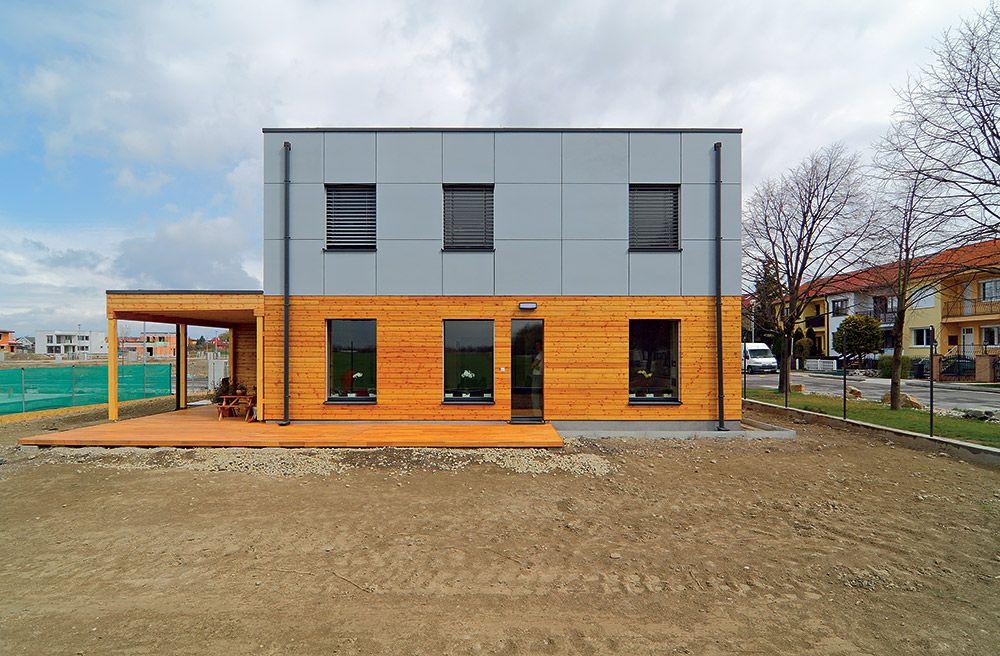 a32566bac Prvé poschodie domu v Čunove je obložené fasádnymi doskami Cembrit a  prízemie drevom z červeného smreka. Nie je to len dizajn, má to aj  praktický dôvod.