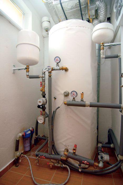 Zásobník teplej vody napojený na tepelné čerpadlo. Vykurovanie tepelným čerpadlom v kombinácií s rekuperátorom plnohodnotne nahradí akýkoľvek iný zdroj tepla. Rekuperáciou sa využíva teplo odchádzajúceho vzduchu a predhriaty vetrací vzduch z rekuperačných jednotiek zabezpečuje cirkuláciu a nižšiu energetickú náročnosť systému. Úsporné zariadenia, využívajúce obnoviteľné zdroje energie ako napríklad tepelné čerpadlá, sú totiž efektívne práve v nízkoteplotných vykurovacích sústavách.
