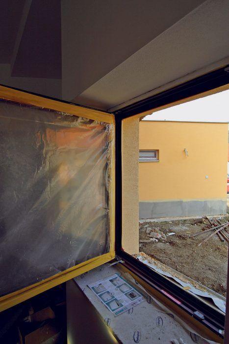 Z hľadiska tepelných strát je veľmi dôležité správne osadenie okna do ostenia a precízne vyhotovenie všetkých detailov ostenia vrátanie jeho zateplenia. Kvalitné okno musí vytvárať s tepelnou izoláciou obvodového plášťa súvislú tepelnoizolačnú vrstvu.