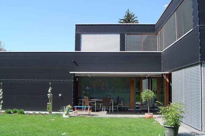 Dvojpodlažný pasívny rodinný dom v Rakúsku na prvý pohľad upúta netradičnou fasádou. Veľkými zasklenými plochami zachytáva dom maximum slnka.