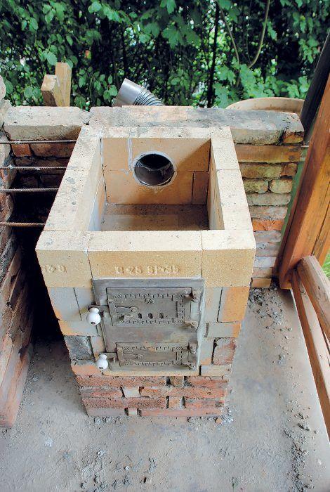 Do vymurovaného šamotového ohniska piecky sme osadili liatinové dvojdvierka. V zadnej časti ohniska sme urobili otvor na odvod spalín.