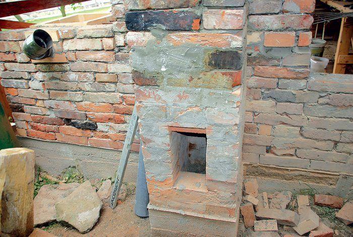 V komíne sme v spodnej časti vynechali otvor na osadenie dierok, cez ktoré budeme komín čistiť.