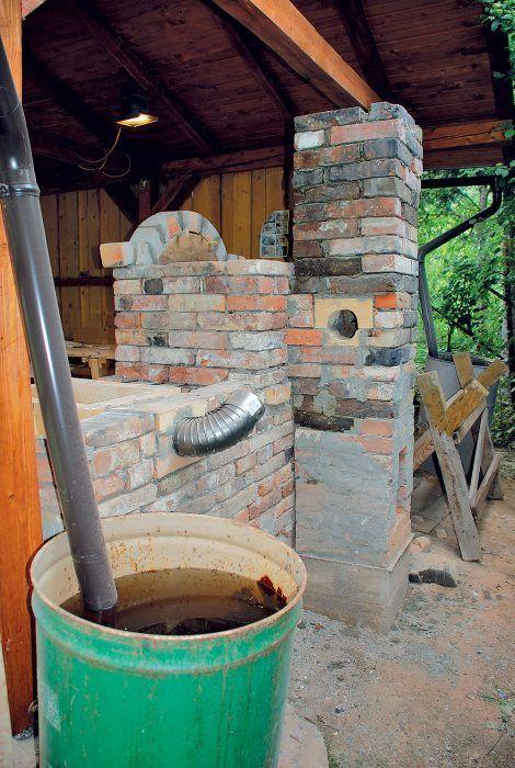 Postupne sme murovali komín a okrasnú oblúkovú rímsu nad grilom. Rímsu sme robili zo starých tehál z pece na pečenie chleba.