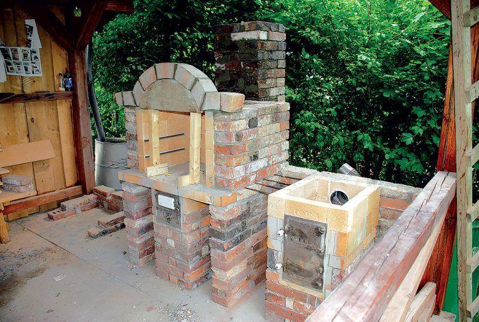 Pod oblúkovú okrasnú rímsu sme vyrobili drevené debnenie. Rímsu sme lepili cementovou maltou, do ktorej sme pridali stavebné lepidlo.
