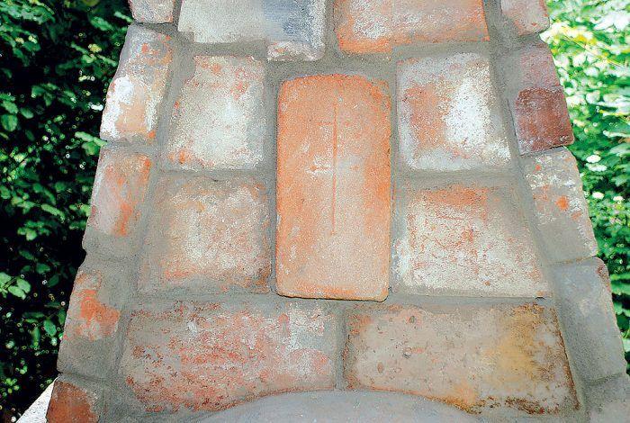 Obmurovanú dymovú komoru zdobí stará tehla osadená na výšku, na ktorej je pôvodný reliéf dvojkríža. Tehla vystupuje oproti sopúchu o 3,5 cm dopredu.