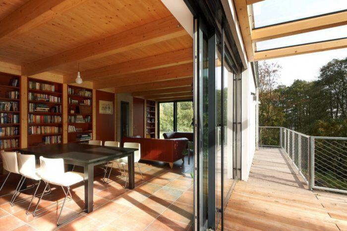 V dome takmer nenájdete vnútorné múry, čo odľahčuje jeho priestor a dáva vyniknúť hrejivej farebnosti. Tá vychádza z keramickej dlažby, ktorej tehlová červeň postupne prechádza do farby dreva a uzemňuje interiér.