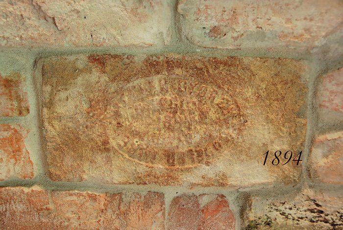 Historické tehly na stienke boli použité aj na výstavbu bratislavskej cvernovky. Na tehle je nápis: heklergyorgy & rossler imre téglagyára 1894.