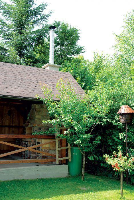 Komín z tehál a plechovej pozinkovanej rúry s priemerom 200 mm sme nad strechou altánku ukončili plechovou čapicou.