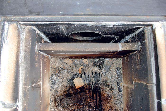 V zadnej časti ohniska sme vymurovali stienku, ktorá zabraňuje prenikaniu plameňa do dymovodu.