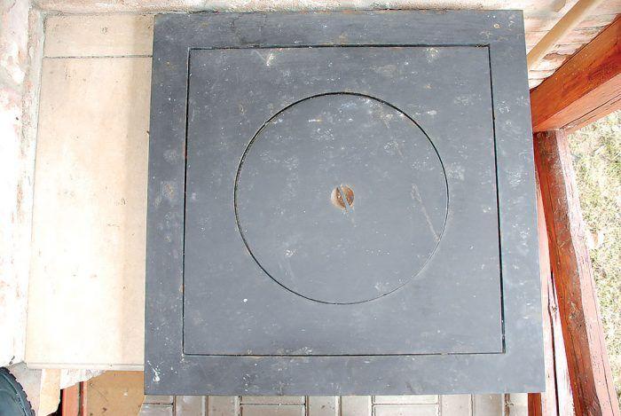 Vrch piecky tvorí oceľová platňa 600 × 600 mm natretá vypaľovacou čiernou farbou odolnou do 700 °c.