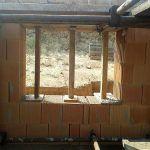 Stavba rodinného domu z tehly v svahu