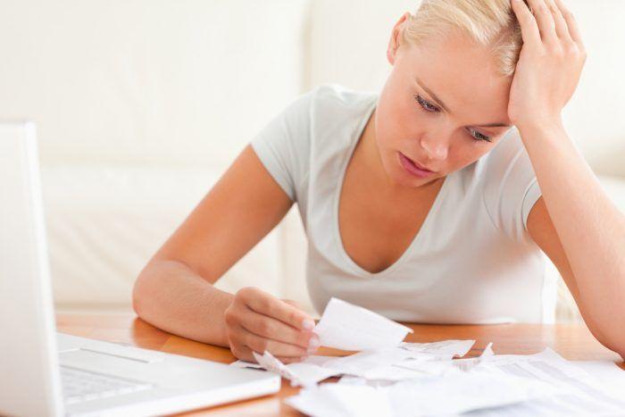 Žena premýšľa ako zaplatiť stavbu alebo rekonštrukciu domu