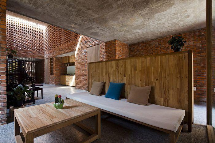 Všetok nábytok je vyrobený z dreva z krovu pôvodného domu.