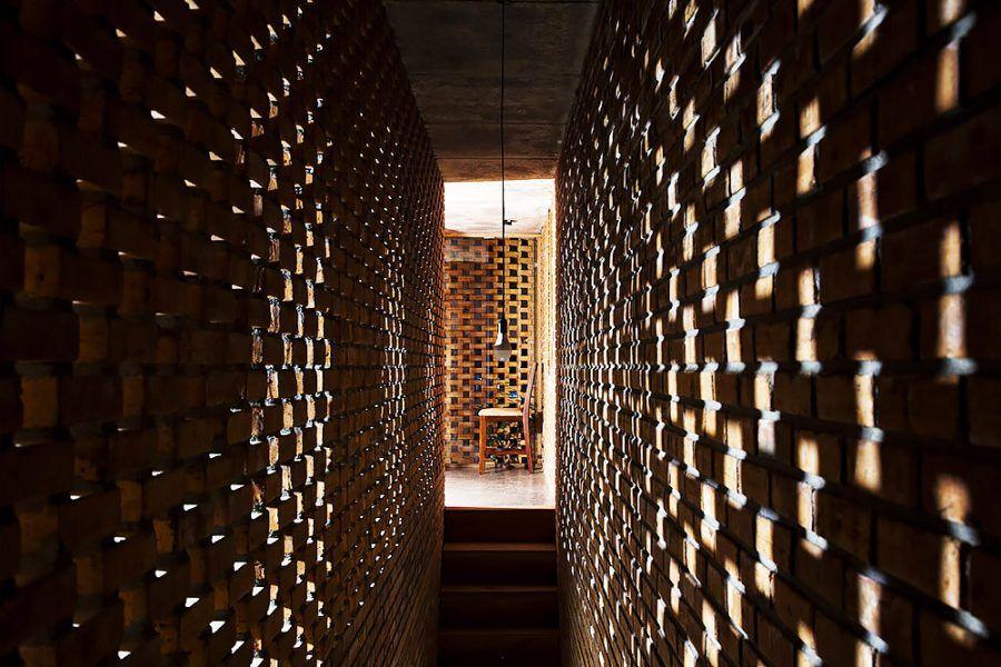 Tehlový dom ako exotická nočná lampa