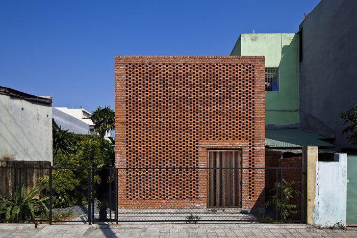 Výsledkom tejto nízkonákladovej rekonštrukcie je nápaditý dom s veľmi dobrými podmienkami na život trojčlennej rodiny v horúcom Vietname.