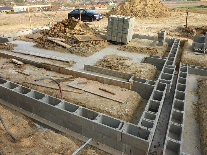 Zakladanie pomocou základových pásov je štandardný spôsob, ktorý zvládne každý stavbár.