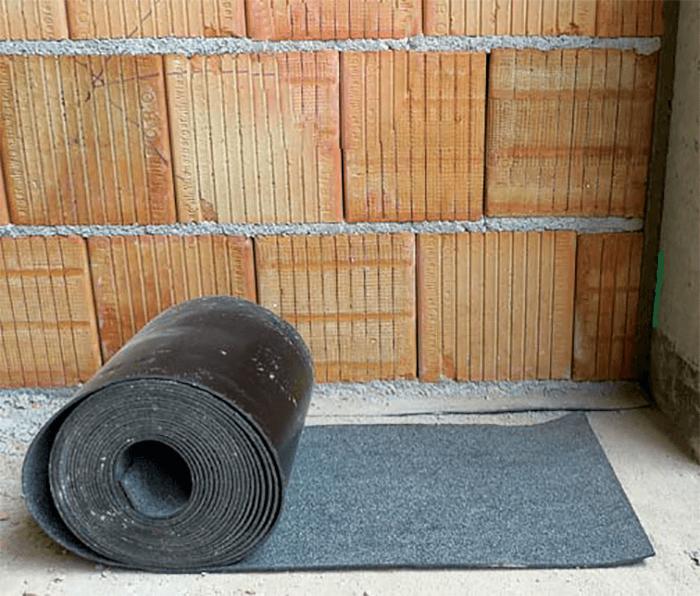 Akustická, teda zvukovoizolačná stena sa ukladá na ťažký asfaltový pás.