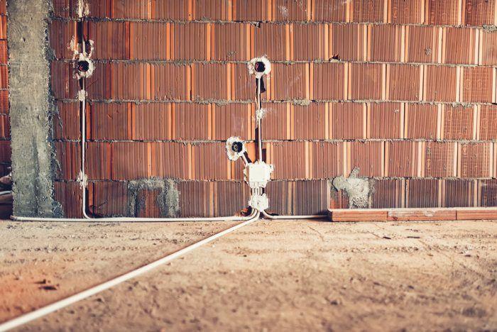 Drážky v tehlovej stene