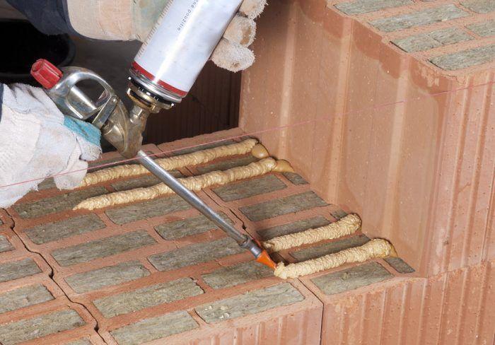 nanášanie lepiacej peny na keramické murivo z tehál plnených minerálnou vlnou