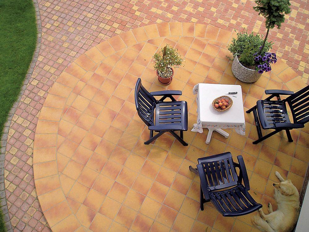 Tehlová dlažba v záhrade na terase
