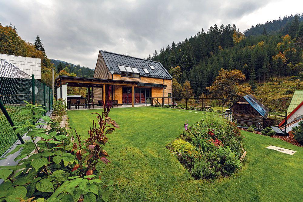 Súčasná prírodná architektúra. Aby dom dokonale zapadol do prostredia horskej doliny, obložili jeho steny drevom bez farebnej povrchovej úpravy. Farebnosť dreva decentne dopĺňa tmavosivá hliníková strecha, okenné rámy a ďalšie detaily v rovnakom antracitovom odtieni.