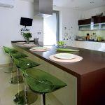 Kuchyni dominuje veľkorozmerný pult s varnou doskou a rúrou na pečenie. Rodine slúži na rýchle stolovanie a ukryje všetky nádoby na varenie.