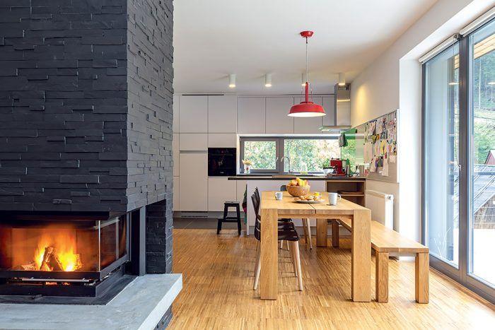 """V severskom štýle. Aby dosiahli čistý vzhľad, a zároveň príjemný pocit útulnosti, skombinovali architekti jednoduché tvaroslovie s prírodnými materiálmi. """"V interiéri prevláda drevo, ostatné prvky, stropy a steny, sú väčšinou biele. Chceli sme dosiahnuť istú podobnosť so škandinávskou architektúrou,"""" približuje zámer architekt Chupáč."""