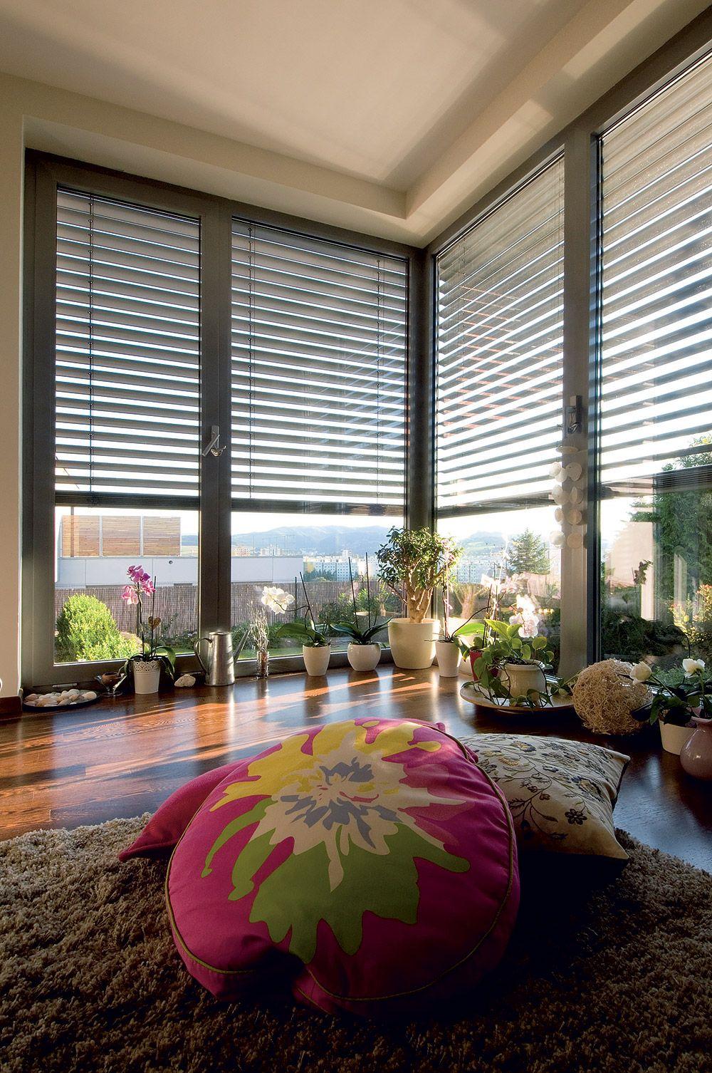 """Zatiaľ provizórne zariadená hosťovská izba je """"územím"""" domácej panej a najmladšej dcéry. Vďaka svetlu prenikajúcemu cez francúzske okná sa tu vynikajúco darí orchideám."""