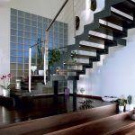 Podlaha prízemia mala byť v pôvodnom projekte riešená jednoúrovňovo. Majitelia však chceli kuchyňu od zvyšku miestnosti opticky odčleniť, a tak vznikli schody do oddychovej a jedálenskej časti.
