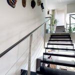 Oceľové schodisko s drevenými stupňami malo byť pôvodne ukotvené celkom pri stene, majitelia sú však s návrhom architektov nakoniec spokojní.