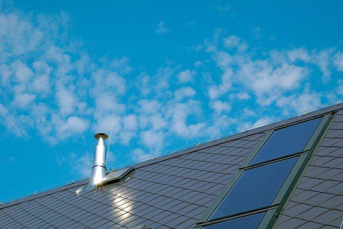 Okná alebo výustky? Pri vetraní máte na výber, či bude vzduch prúdiť otvoreným oknom alebo cez nasávacie otvory, potrubím a výustkami v interiéri. Prípadne môžete skombinovať oba systémy – prirodzený s núteným. V žiadnom z prípadov však o výhľad neprídete.