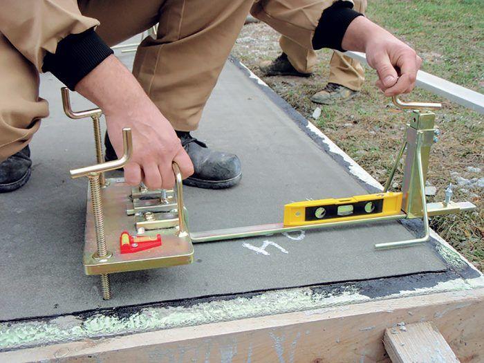 Pri ukladaná prvého radu tehál je mimoriadne dôležitá rovnosť povrchu, ktorú musíme vyrovnávať nivelačným prístrojom.