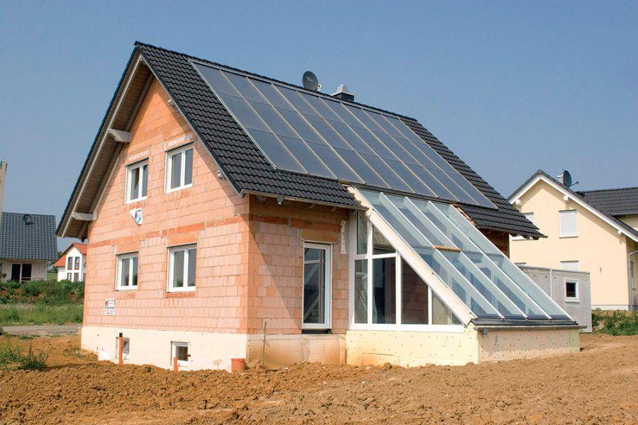 Neomietnutná stavba nízkoenergeticého domu z tehál.