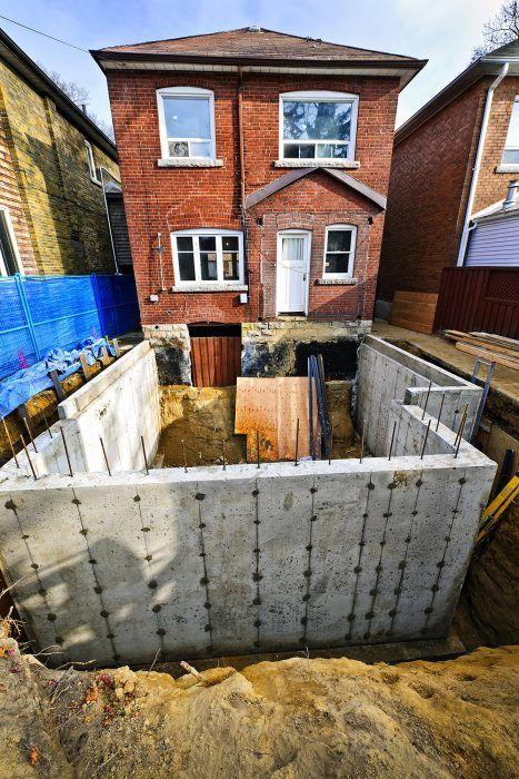 Pristaviť je takmer to isté ako stavať nový dom. Potrebné je zhotoviť základy, obvodové steny, priečky a strechu. V zložitejších prípadoch môže byť prístavba dokonca náročnejšia ako novostavba.