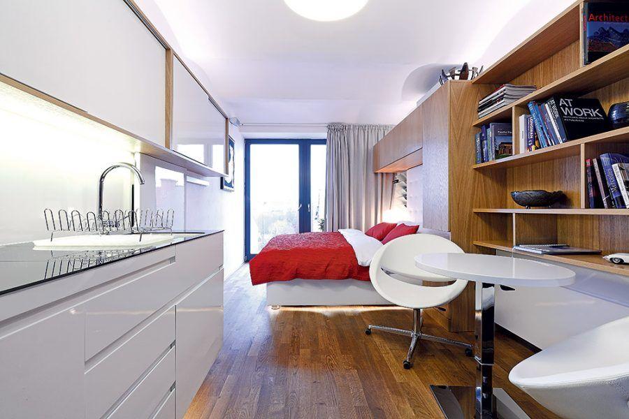 Celý interiér osvetľujú šikovne rozmiestnené LED pásiky. Môžete si tak zvoliť osvetlenie na konkrétnu činnosť a miesto – na čítanie v posteli, na prácu na počítači, na varenie, sprchovanie... O náladové svetlo sa postarajú LED-ky pod posteľou a nad kozubom.