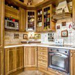 Kuchynská linka je farebne zladená s veľkoformátovou dlažbou, farebným náterom omietky a dreveným stropom.