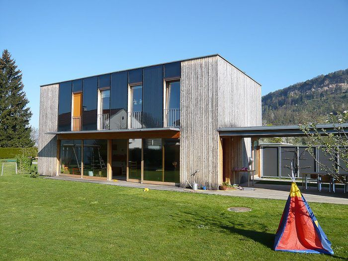 V pasívnom rodinnom dome vo Voralbergu pomáha využívať energiu slnka aj fasáda. Do veľkých plôch zasklenia južnej fasády sú integrované slnečné kolektory.