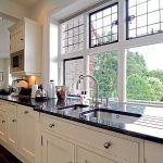 Medzi kuchyňou a malou jedálňou vybrali priečku. Okná sú pôvodné alebo pôvodným na vlas podobné. Príslušné úrady kontrolovali každý krok prestavby.