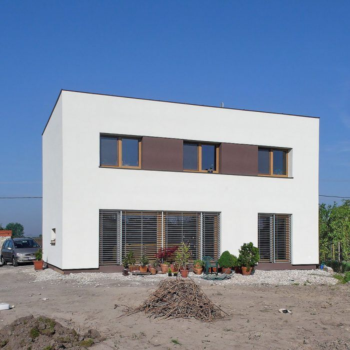 Nízkoenergetický dom v Zohore bol pripravovaný s ambíciou dosiahnuť pasívny energetický štandard. Proti boli dva faktory – architektova nováčikovská daň (bol to jeho prvý dom v pasívnom štandarde) a južný horizont kompletne zatienený budúcou stavbou na susednej parcele. Nech tento dom pôsobí akokoľvek stroho, je riešením šitým na mieru päťčlennej rodine.
